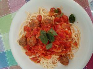 Spaghetti met rode saus en gekruide balletjes - Recept