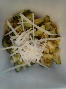Bleekselderij komkommer salade recept - Frisse salade van bleekselderij en komkommer in vijf minuten klaar