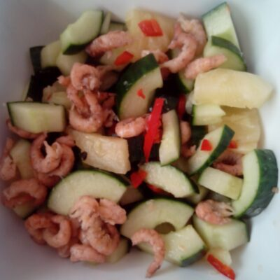 Salade maken van komkommer, ananas, limoen, rode peper en meer