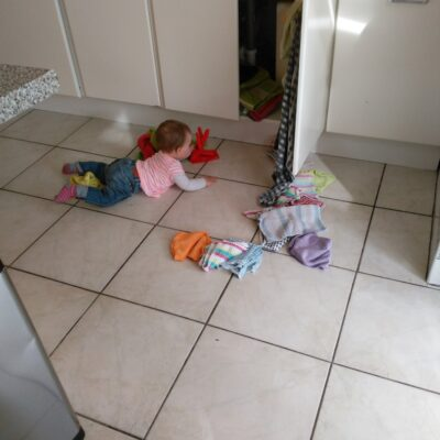 Keukenkast beveiliging tegen nieuwsgierige baby's en kinderen
