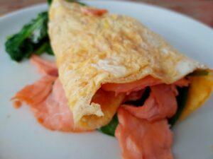 Omelet wrap met zalm en spinazie recept