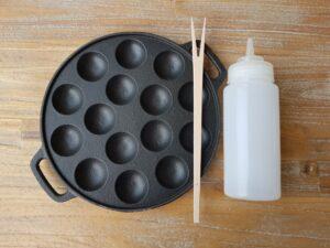 Poffertjesplaat gietijzer met houten vorkje en beslagfles