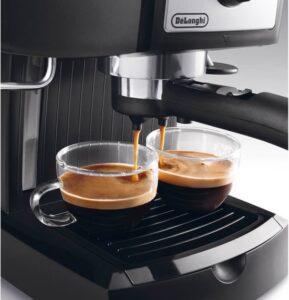 Espressomachine met koffie